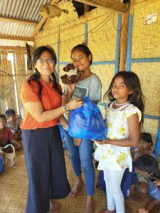 Penyerahan bantuan untuk anak anak sekolah minggu di desa Waimarang dan Laimandar